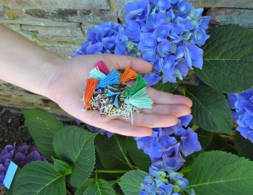 Bracelets à pompons multicolores