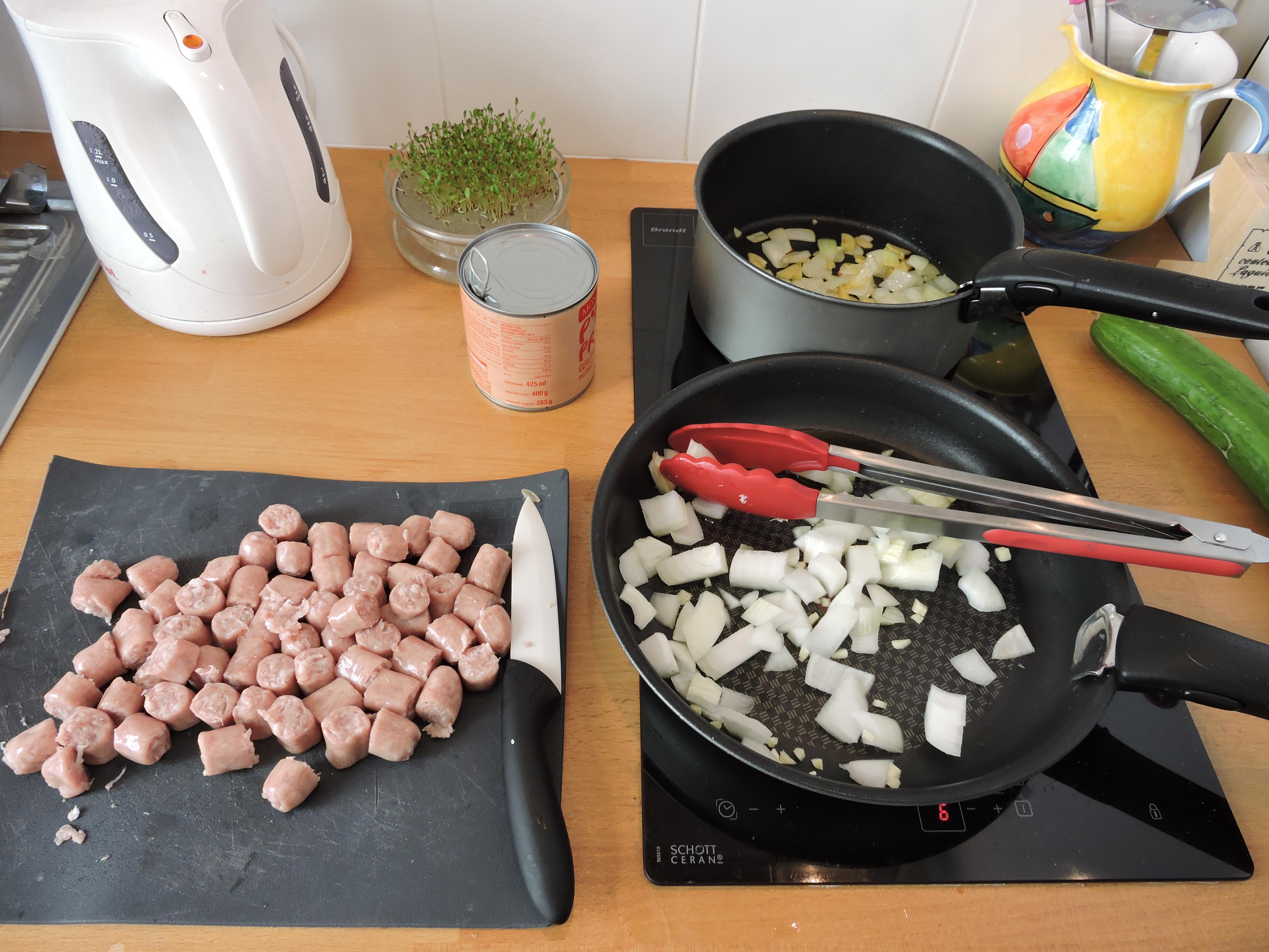 rougaille saucisse en cours de preparation