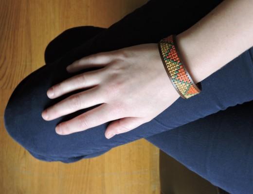 Bracelet brodé en simili cuir
