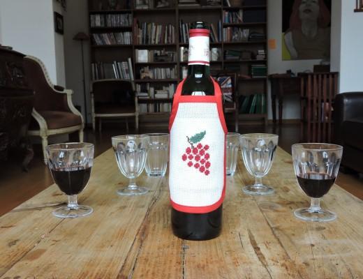tablier pour bouteille brodé aux raisins rouges